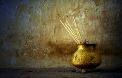 Encens et bougies brûlants dans un temple/église Photos stock