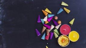 Encens et bougies colorés sur la configuration d'appartement de fond de panneau de craie Photo libre de droits