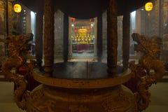 Encens et statues chinoises de dragons Image libre de droits