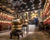 Encens et vieille dame chez l'homme Mo Temple Hong Kong image stock