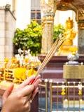 Encens, main de prière de jeune femme sur le temple photo stock