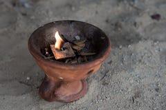 Encensoir religieux avec la bougie brûlante Photo libre de droits