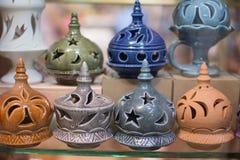 Encensoirs alignés en vente dans une rangée photo libre de droits