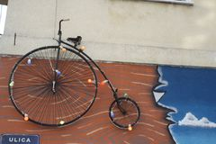 Encentmynt-farthingen, också som är bekant som ett högt hjul, en hög person som drar en skottkärra och en det vanliga royaltyfria foton