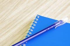 Encerre fontes de escola vazias azuis e vazias dos artigos de papelaria da espiral do livro da tampa do livro azul para a nota do Foto de Stock