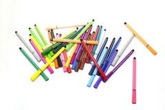 Encerre marcadores todas as cores alinhadas não organizadas no backgrou branco Imagem de Stock Royalty Free