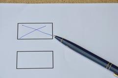 Encerre transversal enchido assinam dentro a placa no papel Fotografia de Stock