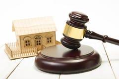 enchère loi Chambre miniature sur la table et la cour en bois Gavel image stock