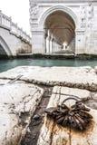 Enchaîné pour toujours à Venise Photo libre de droits
