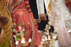 Enchaînement des doigts rosâtres à un mariage indou Ceylonese Images stock