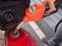 Encha acima o combustível no posto de gasolina Foto de Stock