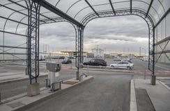 Encha somente o estacionamento no aeroporto de Viena em Áustria imagens de stock