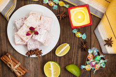 Enchantez, ou Lokum - douceur de farine de sucre, avec de l'amidon d'addition, et les écrous Le turc le plus commun, qui est main Photographie stock libre de droits