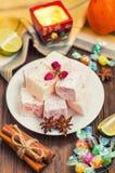 Enchantez, ou Lokum - douceur de farine de sucre, avec de l'amidon d'addition, et les écrous Le turc le plus commun, qui est main Image stock