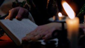 Enchantress που ανοίγει το βιβλίο και που διαβάζει μια περίοδο, άσπρος μαγικός, υπεραισθησιακή φιλμ μικρού μήκους