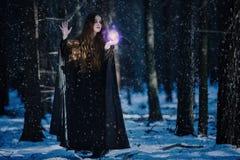 Enchantress στη μαγική σφαίρα Στοκ Φωτογραφίες
