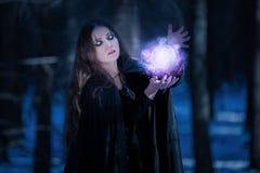 Enchantress στη μαγική σφαίρα Στοκ φωτογραφίες με δικαίωμα ελεύθερης χρήσης