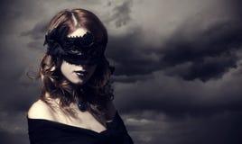 Enchantress przy burzy nieba tłem. fotografia stock