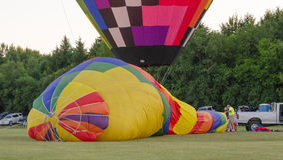 Enchendo o balão de ar quente Fotos de Stock Royalty Free