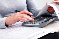 Enchendo o formulário de imposto imagens de stock