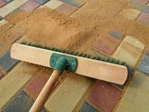 Enchendo-se pavimentando junções, areia seca de escovadela Trabalho de terminação foto de stock royalty free