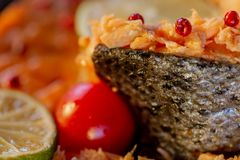 Enchido pesque um salmão e um tomate foto de stock