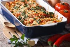 Enchilada en plan rapproché de plat de cuisson sur la table horizontal Photographie stock libre de droits