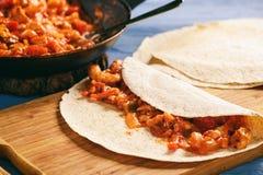 Enchiladas - alimento mexicano, tortilha com galinha, queijo e tomates foto de stock