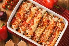 Enchiladas - comida mexicana, tortilla con el pollo, queso y tomates Fotos de archivo libres de regalías