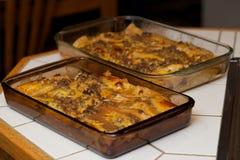 Enchiladas cozidos múltiplo em bandejas fotografia de stock