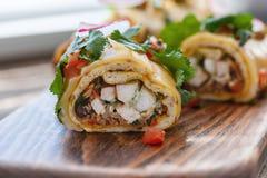 Enchiladas mexicanos tradicionales con la carne del pollo y el tomate picante imagen de archivo