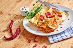 Enchiladasschotel met roodgloeiend Spaanse pepers vooraanzicht Stock Fotografie