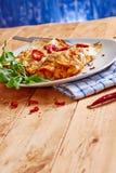 Enchiladasschotel met roodgloeiende Spaanse pepers Stock Fotografie