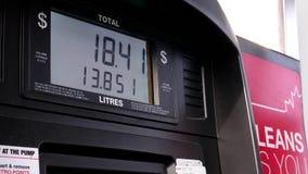 Enchimento acima do tanque de gás do carro com o combustível video estoque