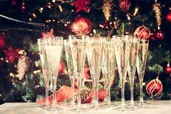 Enchimento acima dos vidros para o partido Vidros do champanhe com Christma Fotografia de Stock Royalty Free