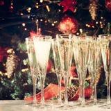 Enchimento acima dos vidros para o partido Vidros do champanhe com Christma Imagem de Stock