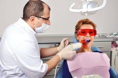 Enchimento do dente do dentista fotografia de stock