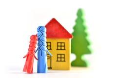Enchufa amor delante de la casa de madera del juguete Fotos de archivo libres de regalías