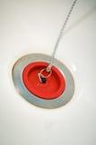 Enchufe de goma rojo del baño en cadena Fotografía de archivo