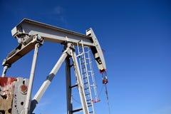 Enchufe de la bomba del sitio del pozo de producción del petróleo crudo y cielos azules en la pizarra de Niobrara fotografía de archivo libre de regalías