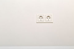 Enchufe de pared europeo vacío, desenchufado en la pared blanca del yeso Foto de archivo libre de regalías