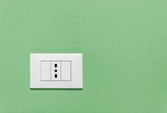 Enchufe de pared vacío en una pared verde Fotografía de archivo