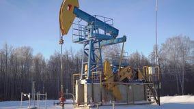 Enchufe de trabajo en invierno, aceite de la bomba de aceite de bombeo de la tierra almacen de metraje de vídeo