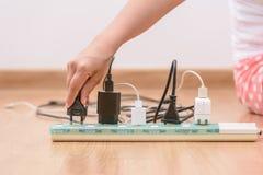 Enchufe desenchufado mujer a ahorrar en energía Fotografía de archivo libre de regalías