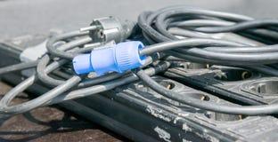 Enchufe eléctrico azul en el cable negro Foto de archivo libre de regalías