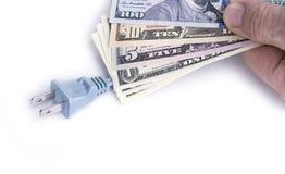 Enchufe eléctrico con el dinero del dólar en el blanco Concepto de la reserva de la energía fotos de archivo