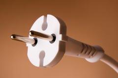 Enchufe eléctrico de dos contactos en el fondo amarillento foto de archivo libre de regalías