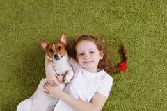 Enchufe rizado Russell del perrito del abarcamiento de la muchacha Foto de archivo