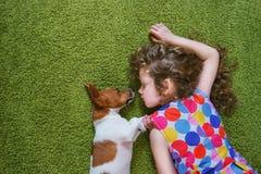 Enchufe Russell del perrito del abarcamiento de la niña Foto de archivo libre de regalías