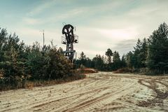 Enchufe viejo de la bomba en el campo petrolífero situado en el bosque Fotos de archivo